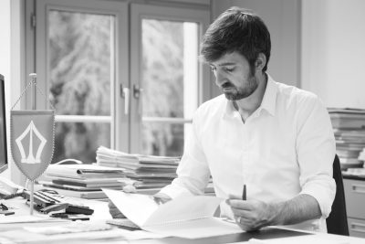 Philipp Kutter am Schreibtisch